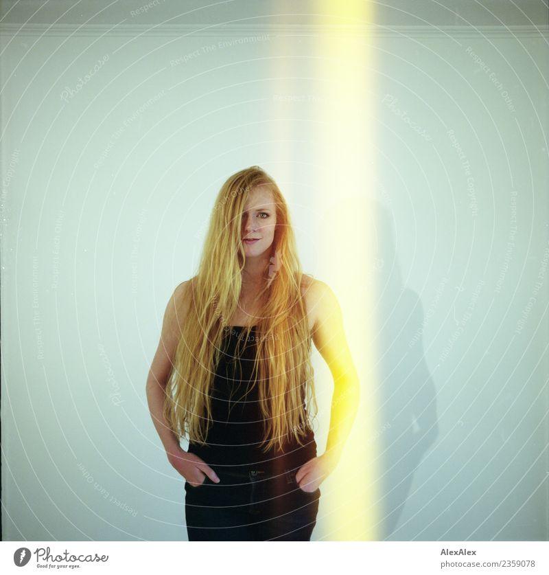 gestreift schön Körper Haare & Frisuren Wohlgefühl Zufriedenheit Junge Frau Jugendliche Gesicht 18-30 Jahre Erwachsene Jeanshose Top blond rothaarig langhaarig