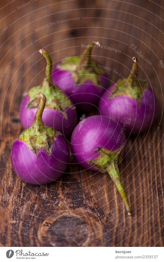 asiatische Auberginen auf dunklem Holz Natur Pflanze grün weiß dunkel Hintergrundbild klein Lebensmittel braun Ernährung frisch violett Gemüse Teile u. Stücke