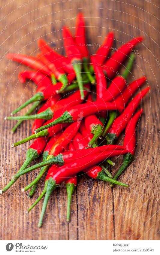 rohen Chilis auf dunklem Holz Lebensmittel Kräuter & Gewürze Ernährung Essen Bioprodukte Vegetarische Ernährung Billig gut Haufen scharf heiß verrotten dunkel