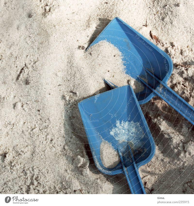 Marmeladenbrotpause blau Freude Spielen Sand liegen Lebensfreude Spielzeug Kindheit niedlich Kunststoff Idee Leichtigkeit Teamwork eckig Schaufel kindlich