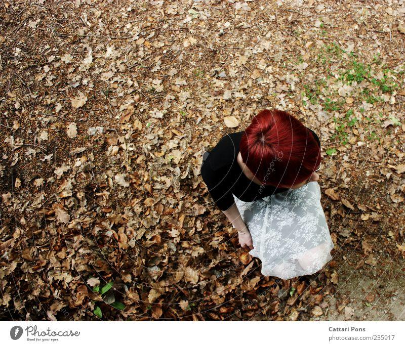 just... Mensch Frau Jugendliche Blatt Einsamkeit Erwachsene feminin Haare & Frisuren Kopf warten sitzen Junge Frau einzigartig beobachten entdecken Rock