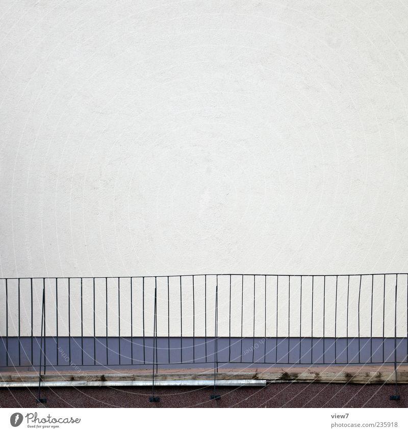 Freiraum für dich. Wand grau Stein Mauer Metall Linie Fassade Ordnung Beton authentisch Streifen einfach Geländer dünn