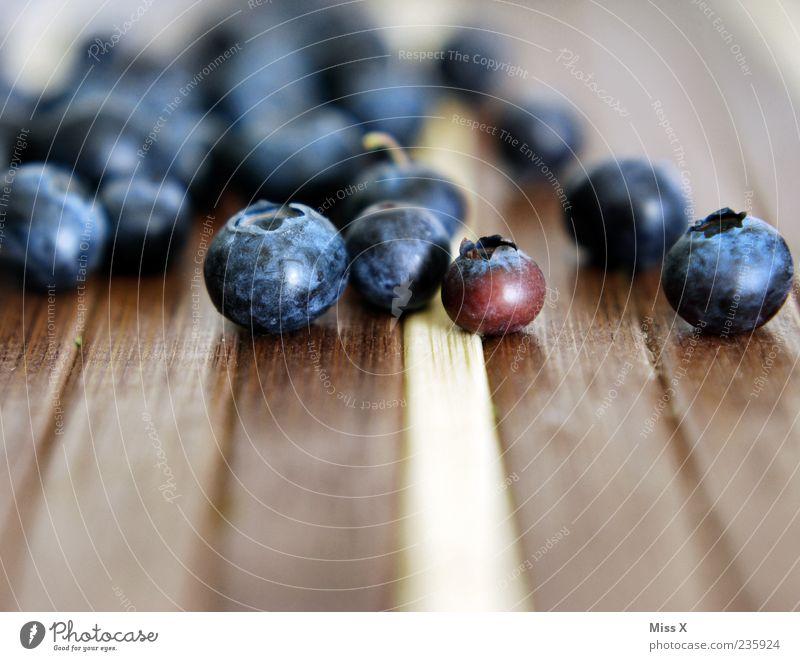 Blaubeeren Lebensmittel Frucht frisch klein lecker rund süß blau Beeren Waldfrucht Farbfoto mehrfarbig Nahaufnahme Textfreiraum unten Schwache Tiefenschärfe