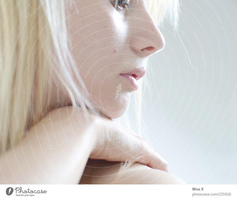 Nachgedacht Mensch Frau Jugendliche Hand schön Gesicht Erwachsene Haare & Frisuren Traurigkeit Denken blond warten maskulin Junge Frau 18-30 Jahre Sehnsucht
