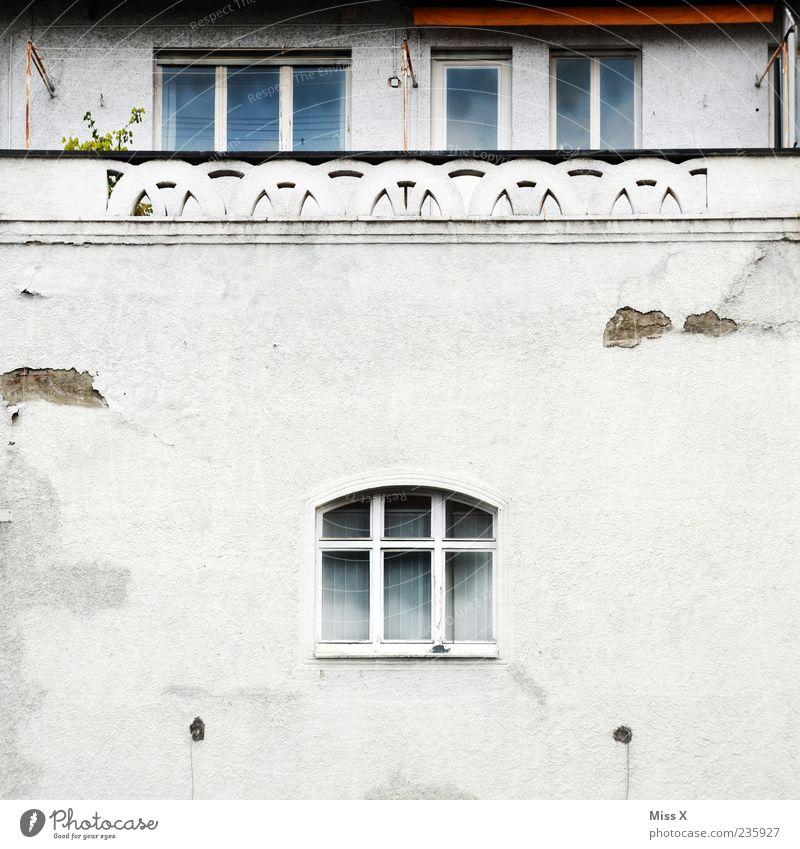 Domizil Stadtrand Menschenleer Haus Gebäude Mauer Wand Fassade Balkon Fenster alt dreckig trist Verfall Vergänglichkeit Ruine Unbewohnt Farbfoto Gedeckte Farben