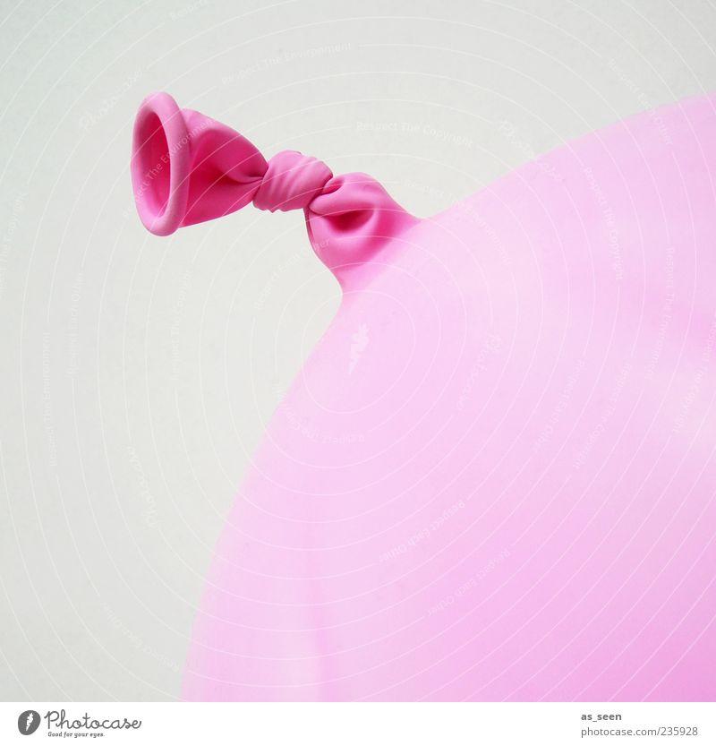 Rosa Gummi rosa Luftballon rund Kunststoff machen Knoten Anschnitt Knotenpunkt Vor hellem Hintergrund