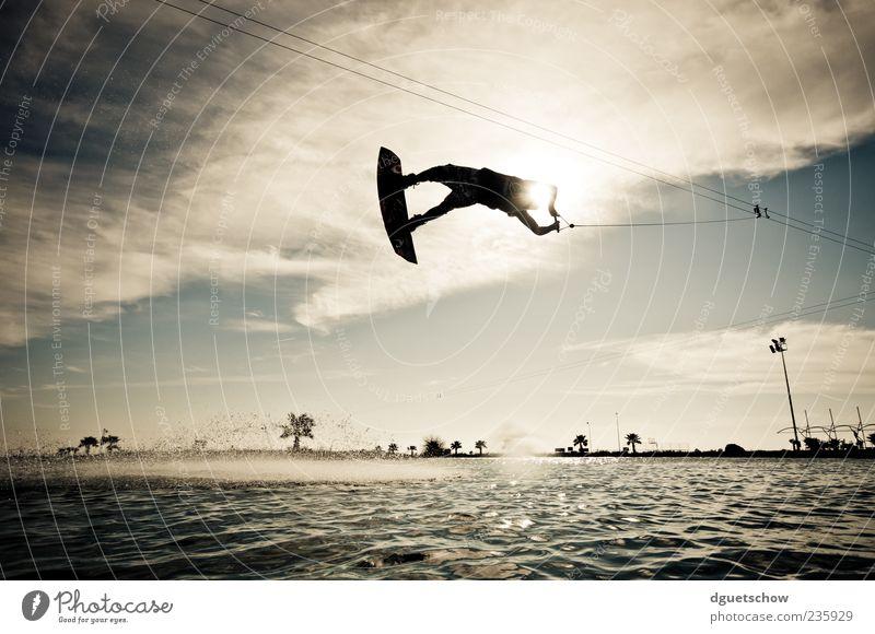flying high Freude Freizeit & Hobby Sommer Sport Wassersport maskulin Mann Erwachsene Luft Wolken Sonnenlicht fliegen Gedeckte Farben Außenaufnahme Tag Licht