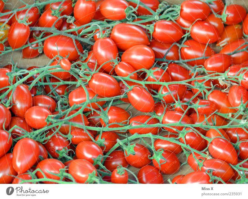 Rispentomaten rot Lebensmittel klein frisch rund viele Gemüse lecker Bioprodukte Tomate Oval Marktstand Gemüseladen Gemüsemarkt Obst- oder Gemüsestand