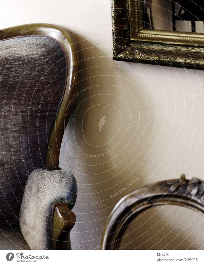 Lehne Häusliches Leben Wohnung Möbel Sofa Sessel Stuhl Spiegel alt Kitsch retro Rahmen Sessellehne Polster antik Farbfoto Gedeckte Farben Innenaufnahme