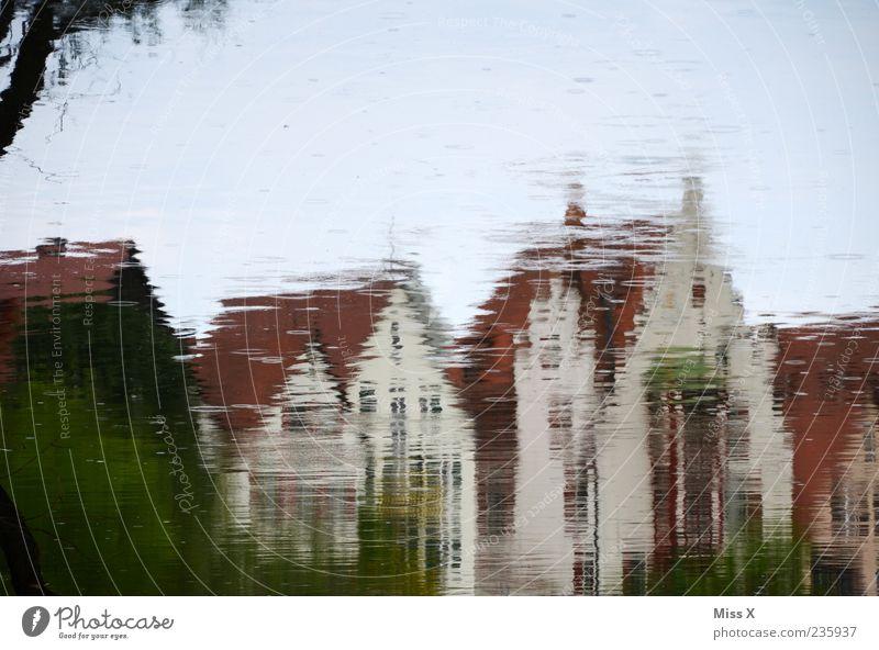 Spieglein Wasser See Bach Fluss Stadt Haus außergewöhnlich Wasserspiegelung Pfütze Farbfoto Außenaufnahme Experiment Textfreiraum oben Reflexion & Spiegelung