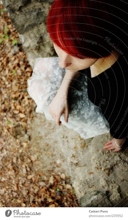 """""""Eine Herde von Nichts!"""" feminin Junge Frau Jugendliche Erwachsene 1 Mensch Natur Pflanze Rock rothaarig kurzhaarig beobachten Denken entdecken hocken hell"""