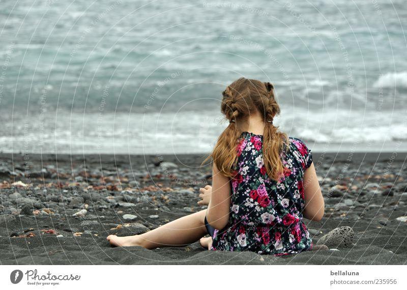 Ins Spiel vertieft Mensch feminin Kind Mädchen Kindheit Leben Haare & Frisuren Rücken 1 Natur Sand Wasser Sommer Schönes Wetter Wellen Küste Strand Meer sitzen