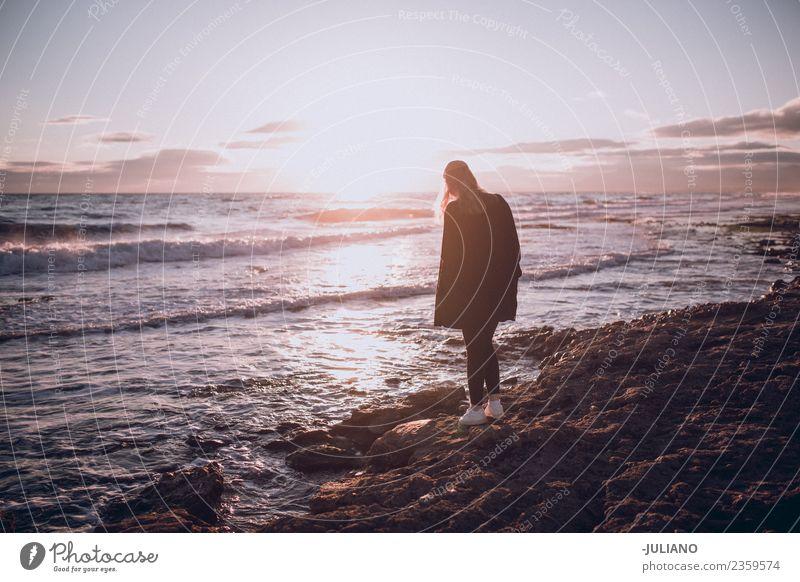 Ferien & Urlaub & Reisen Junge Frau Sommer Sonne Freude Strand Lifestyle Wärme Leben Gefühle Glück Freiheit Kommunizieren Abenteuer Grafik u. Illustration