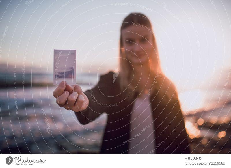 Junge Frau mit Polaroidbild am Strand Abenddämmerung Gefühle Mädchen Glück Leben Lifestyle Spanien Sommer Sonne Sonnenuntergang Wärme Abenteuer Kommunizieren