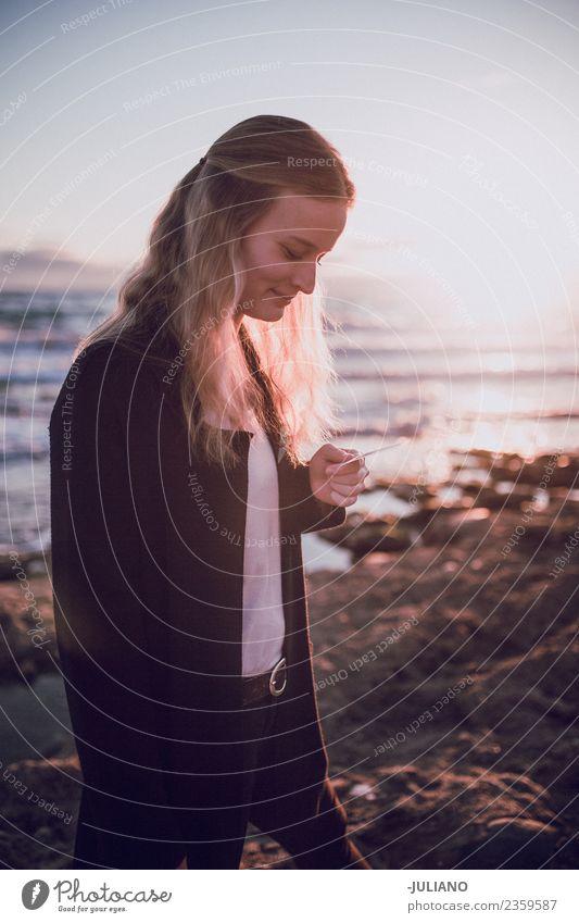 Junge Frau schaut sich das Polaroidbild am Strand an. Abenddämmerung Gefühle Glück Leben Lifestyle Spanien Sommer Sonne Sonnenuntergang Wärme Abenteuer