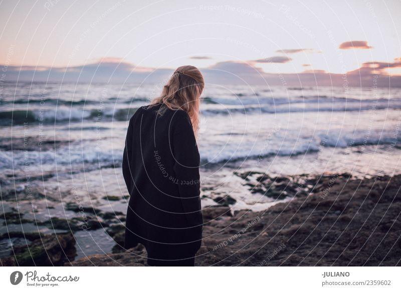 Junge Frau genießt Sonnenuntergang am Strand Abenddämmerung Gefühle Glück Leben Lifestyle Spanien Sommer Wärme Abenteuer Freiheit Freude gut Güte einprägsam