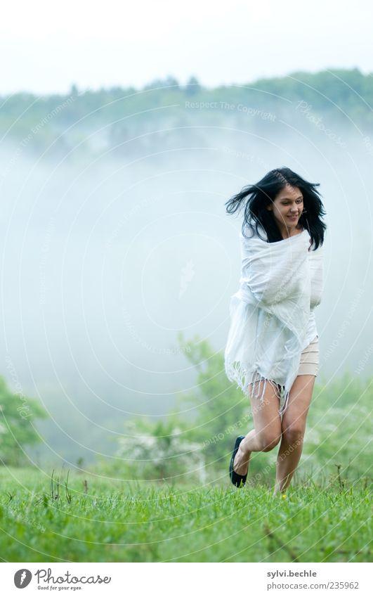 Morgennebel III Zufriedenheit Mensch feminin Junge Frau Jugendliche Leben 1 Umwelt Natur Landschaft Frühling Klima schlechtes Wetter Nebel Pflanze Gras