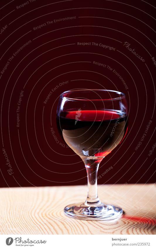 Cabernet Getränk Wein Rotweinglas Weinglas Tisch Holztisch Maserung Cabernet Sauvignon Studioaufnahme Textfreiraum oben Blitzlichtaufnahme Schatten Silhouette