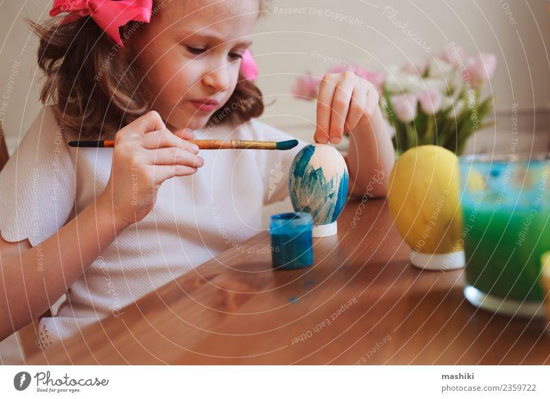 glückliches Kind beim Bemalen von Ostereiern Lifestyle Freude Dekoration & Verzierung Feste & Feiern Ostern Schule Handwerk Kindheit Blume zeichnen natürlich