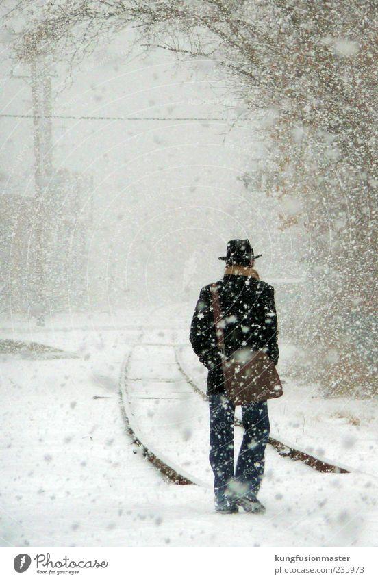 wohin the travel? Mann Erwachsene 1 Mensch schlechtes Wetter Eis Frost Schnee Schneefall Dorf Kleinstadt Verkehr Personenverkehr Öffentlicher Personennahverkehr