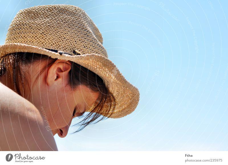Tag am Meer Mensch Frau Jugendliche Erwachsene feminin Kopf Zufriedenheit Junge Frau 18-30 Jahre Schönes Wetter Hut Blauer Himmel Gefühle Sonnenhut Strohhut