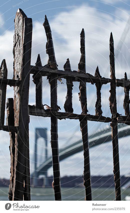 Verrazano-Narrows Stadtrand Verkehr Straßenverkehr Autobahn Hochstraße Brücke hell groß Zaun Gitter Rost New York City Manhattan Amerika New Jersey Himmel Sonne