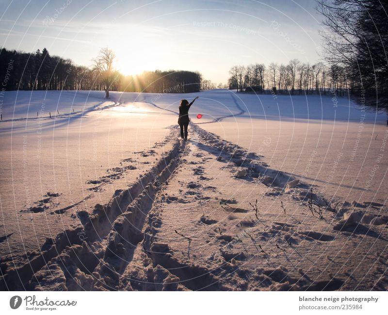 red balloon Ausflug Freiheit Winter Schnee Winterurlaub Frau Erwachsene 1 Mensch Fußspur gehen frisch Zufriedenheit Lebensfreude Erholung Natur Farbfoto