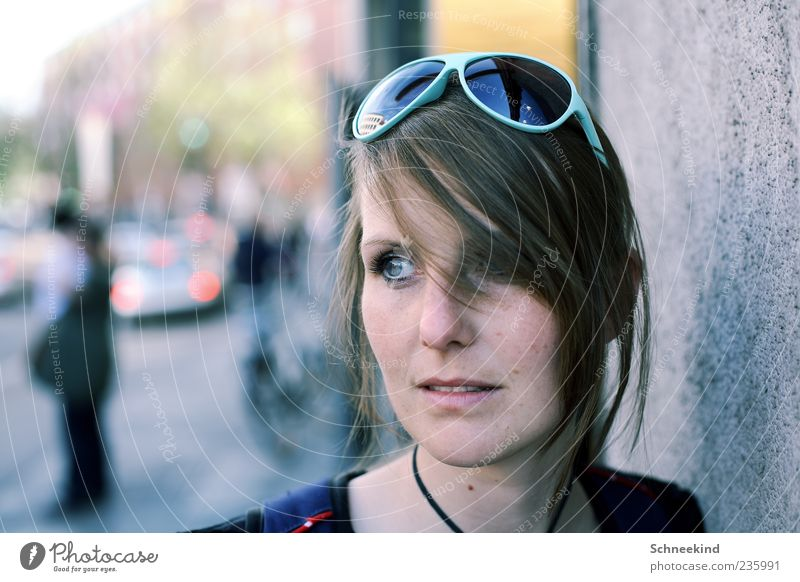 Unterwegs Mensch Frau Jugendliche schön Haus Gesicht Erwachsene Auge Straße Leben feminin Wand Haare & Frisuren Kopf Mund Nase