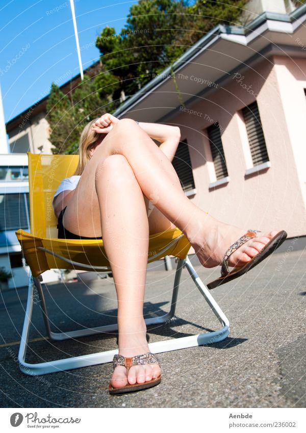 Aufm Stuhl Mensch feminin Beine 1 Freude Glück gelb Flipflops Sonnenbad Knie Fuß Farbfoto mehrfarbig Außenaufnahme Tag Licht Schatten Sonnenlicht Sonnenstrahlen