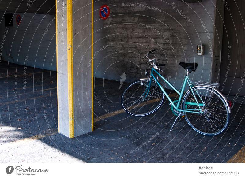 Parken blau gelb Fahrrad Asphalt Säule parken Parkplatz Parkhaus Damenfahrrad