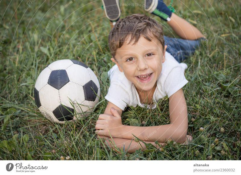 Kind Mensch Mann Sommer grün Erholung Freude Erwachsene Lifestyle Sport Bewegung Familie & Verwandtschaft Gras Junge klein Glück