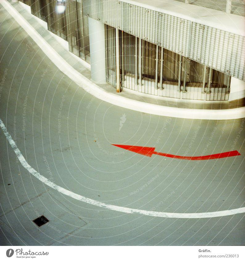Um die Ecke denken Parkhaus Verkehrswege Zeichen Schilder & Markierungen Hinweisschild Warnschild Linie Pfeil grau rot weiß achtsam Wachsamkeit Asphalt Kurve