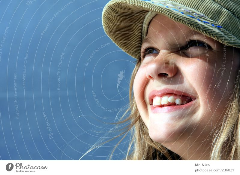 *_* Mädchen Kindheit Jugendliche Gesicht Zähne 8-13 Jahre Mütze blond langhaarig Lächeln lachen Freude Glück Fröhlichkeit Zufriedenheit grinsen lustig