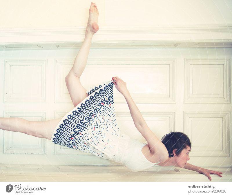 Tiefflieger Tanzen Gleitflug feminin Arme Beine Mauer Wand Tür Kleid Barfuß kurzhaarig fliegen träumen ästhetisch außergewöhnlich hell einzigartig dünn unten