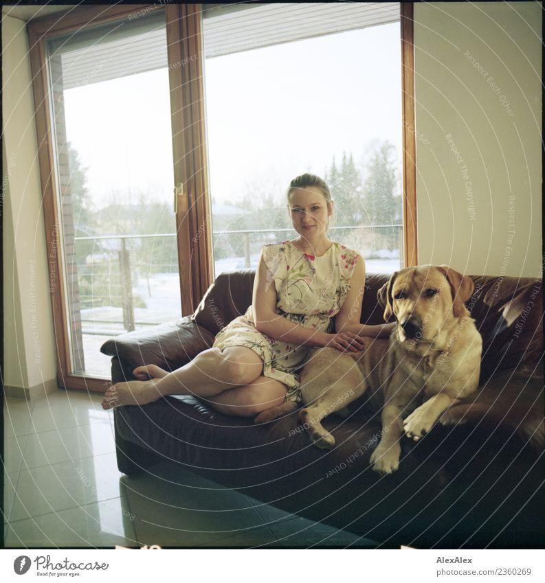 Mädel mit Labrador Mo, dem besten Hund der Welt Jugendliche Junge Frau schön Baum Erholung 18-30 Jahre Gesicht Erwachsene Beine natürlich Garten ästhetisch