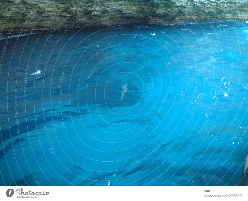 blaues meer in höhle Wasser Meer blau Wellen Höhle