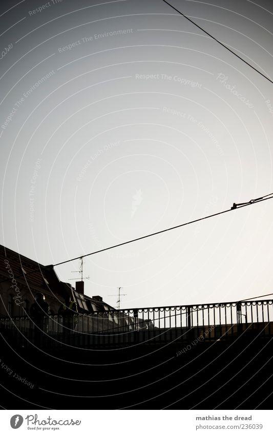 1. MAI Mensch Haus kalt dunkel Architektur Gebäude Linie warten maskulin Brücke stehen trist Kabel beobachten Bauwerk Schutz