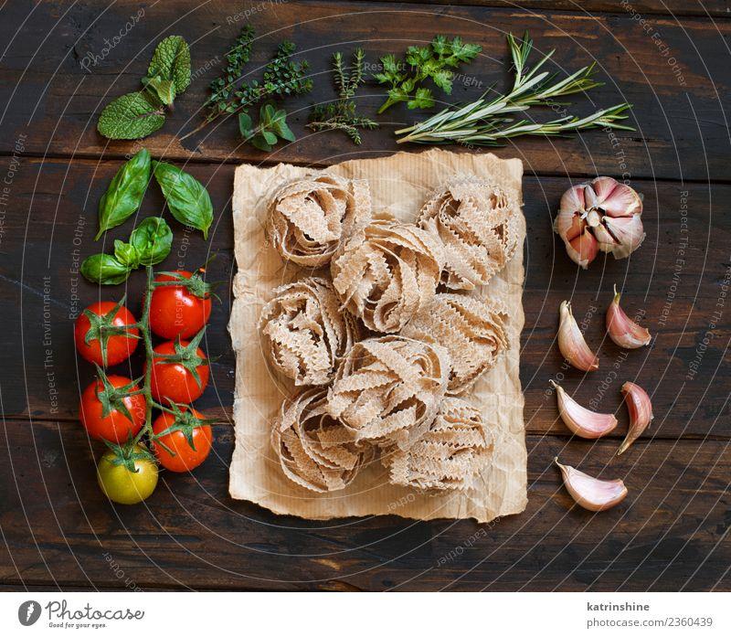 Vollkornnudeln Tagliatelle, Gemüse und Kräuter Vegetarische Ernährung Diät Tisch Blatt dunkel frisch braun grün rot Tradition Essen zubereiten Lebensmittel
