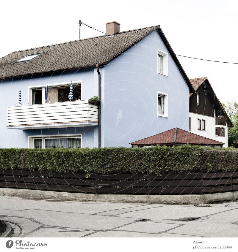 bei mir ums eck Haus Garten Landschaft Sommer Baum Sträucher Dorf Kleinstadt Architektur Verkehrswege ästhetisch einfach retro Sauberkeit trist Nostalgie