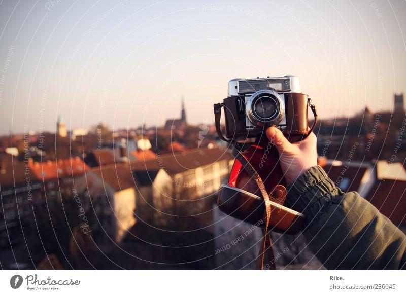 Klick. Freizeit & Hobby Ferne Städtereise Fotokamera Arme Kunst Fotografie Himmel Münster Altstadt Haus Dach festhalten Blick frei Unendlichkeit retro Stadt