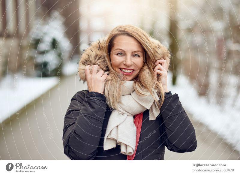 Freundliche junge blonde Frau im Winter im Freien Lifestyle Glück schön Gesicht Schnee Erwachsene Park Mode Mantel Pelzmantel Schal Lächeln Fröhlichkeit