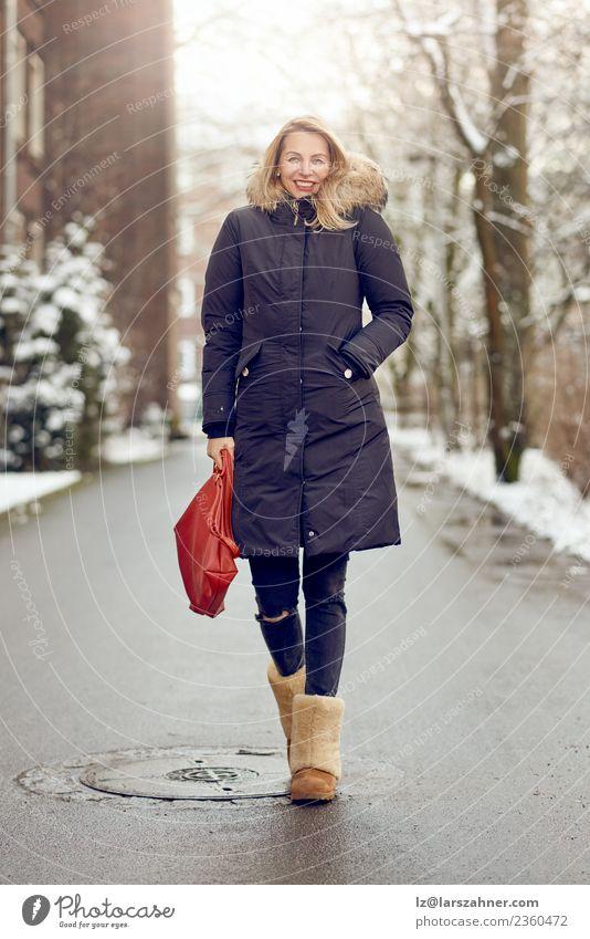Attraktive junge blonde Frau in warmem Wintermantel Lifestyle Glück schön Gesicht Schnee Erwachsene 1 Mensch 45-60 Jahre Park Straße Mode Mantel Pelzmantel