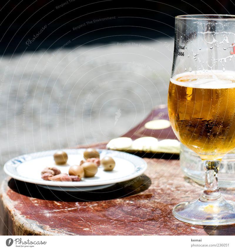 Urlaubs-Mittagessen Lebensmittel Oliven Ernährung Getränk Erfrischungsgetränk Alkohol Bier Teller Glas Bierglas Biertulpe Tisch Holz liegen grün Olivenstein