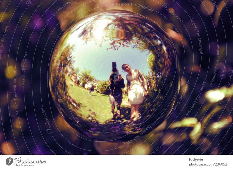 Die Erde ist rund! Natur Jugendliche klein Garten außergewöhnlich verrückt Junge Frau Dekoration & Verzierung rund Kleid Schönes Wetter Spiegel Kugel entdecken Fotograf Fotografieren