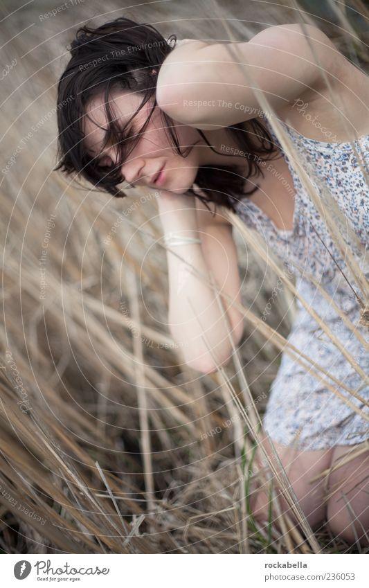 don't look back right now. Mensch Natur Jugendliche schön Freude Einsamkeit Erwachsene Landschaft feminin Gefühle Freiheit Gras Feld wild natürlich ästhetisch