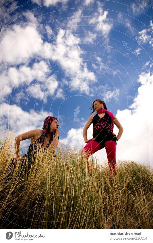 GEGENSATZ Mensch Himmel Natur Jugendliche schön Pflanze Sommer Wolken Erwachsene Umwelt Landschaft feminin Gras Stil Mode rosa