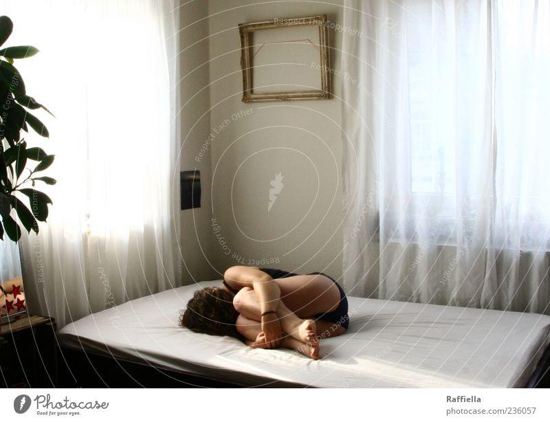 Zuhause I Jugendliche Pflanze Einsamkeit ruhig Erwachsene Erholung Fenster Haare & Frisuren Traurigkeit Beine Wohnung Arme Haut liegen Häusliches Leben