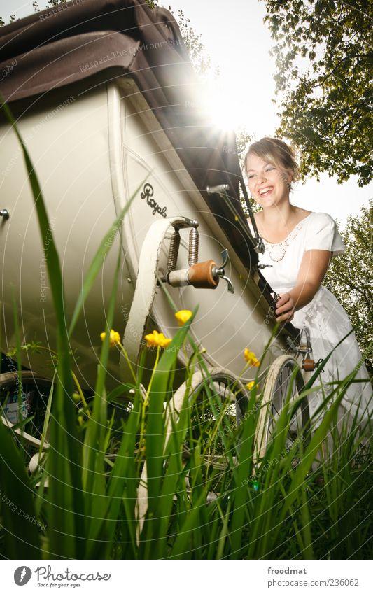 Freude Frau Jugendliche Erwachsene Liebe Wiese feminin Gras Glück Familie & Verwandtschaft lachen Zufriedenheit Fröhlichkeit authentisch leuchten Zukunft