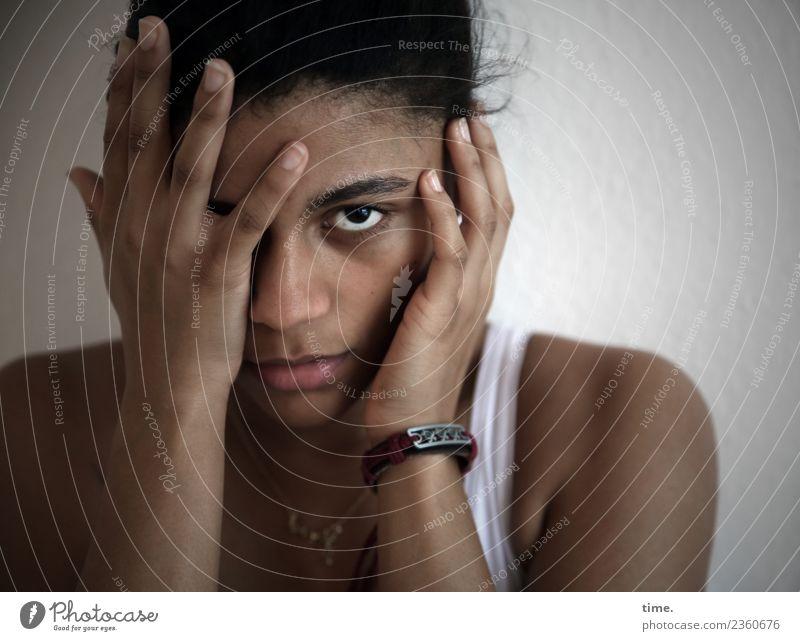 Samina Gesicht feminin Frau Erwachsene 1 Mensch Schauspieler T-Shirt Schmuck schwarzhaarig beobachten festhalten Blick bedrohlich dunkel schön Sicherheit Schutz