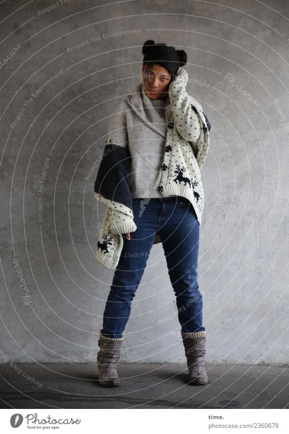Samina Frau Mensch schön dunkel Erwachsene Wand feminin Mauer Haare & Frisuren Denken stehen warten beobachten Coolness Neugier Schutz